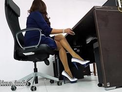 Domina Herrin Carmen im B&uuml_ro mit High Heels und Nylons