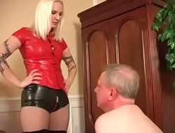 Blonde Domina in Latex Hotpants und Lackstiefel