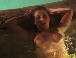 Things get even hotter in the tub for sexa-2