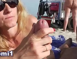 Naomi suce et branle sur la plage