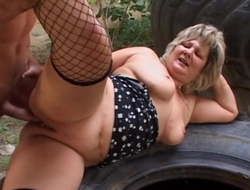 Doyen mom in alfresco sex